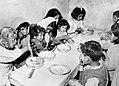 Kinderen van vluchtelingen aan de maaltijd, Bestanddeelnr 254-3416.jpg