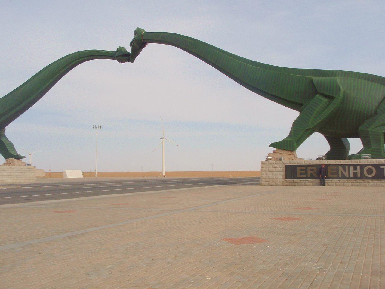 On dirait des squelettes de dinosaure [C'est quoi ?] 1280px-Kissing_Sauropods_in_then_Gobi_Desert_%28Erenhot%2C_China%29