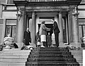 Koningin Juliana krijgt een cadeau aangeboden op het bordes van paleis Soestdijk, Bestanddeelnr 911-2018.jpg