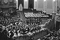 Koor op het podium met dirigent, Bestanddeelnr 924-3341.jpg