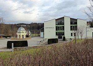 Kurparkhalle und Ortspyramide, Thermalbad Wiesenbad