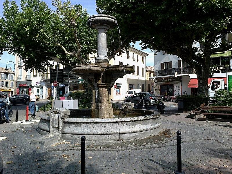 Laragne-Monteglin Place De La Fontaine