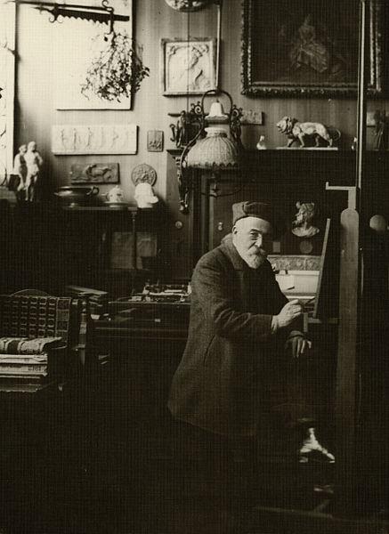 Félix Tourdes peignant dans son atelier au 19 boulevard du Pont Rouge à Aurillac (Cantal, France).