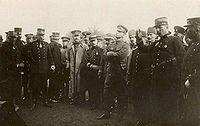 Picardie Manevralarına katlan davetli gözlemci subayları arasında (Sağdan dördüncü: Mustafa Kemal Bey, Fransız Albay Hirschauer'un açıklamasını dinlerken)