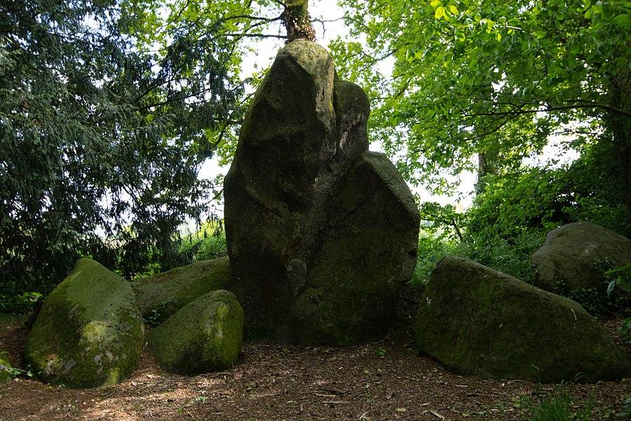 Français:  Les roches du diable: menhir dressé à Miniac-sous-Bécherel (France).
