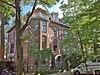 Linkerdeel van een dubbele geheel vrijstaande villa, landelijk bekend geworden als kraakpand Lucky Luyk