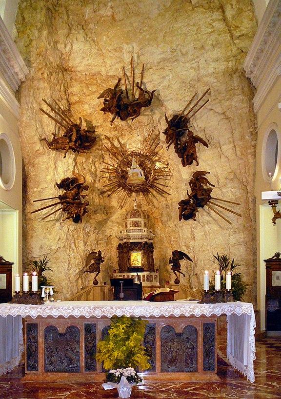 File madonna della corona interno jpg wikimedia commons for Santuario madonna della corona