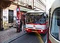 Malá Strana, Vítězná, autobus X-20 v zastávce Újezd.jpg