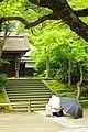 Man sketching at Engakuji temple (3802006010).jpg