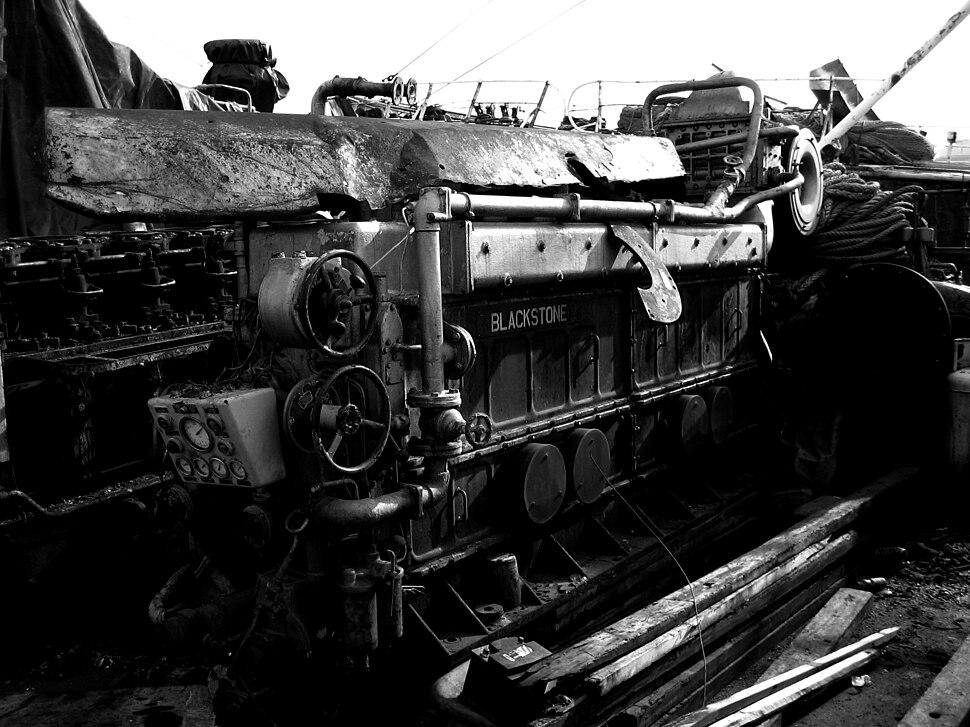 Maquinaria abandonada no cemiterio de barcos de Oza, Carballo