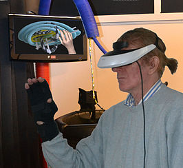 Martin Sjardijn creëert met Dataglove en Head-Mounted display Weightless Sculpture.jpg