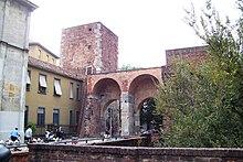La pusterla di Sant'Ambrogio che si apriva nelle mura medievali (fossa interna)[3]