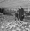 Minister Bot, de Keukenhof te Lisse geopend, Jacoba van Beijeren toont minister , Bestanddeelnr 917-5912.jpg