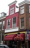 foto van Huis van twee bouwlagen, een kap loodrecht op de straat en een kelder