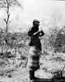 Moder med barn på axlarna. Bolivianska Chaco. Gran Chaco - SMVK - 004773.tif