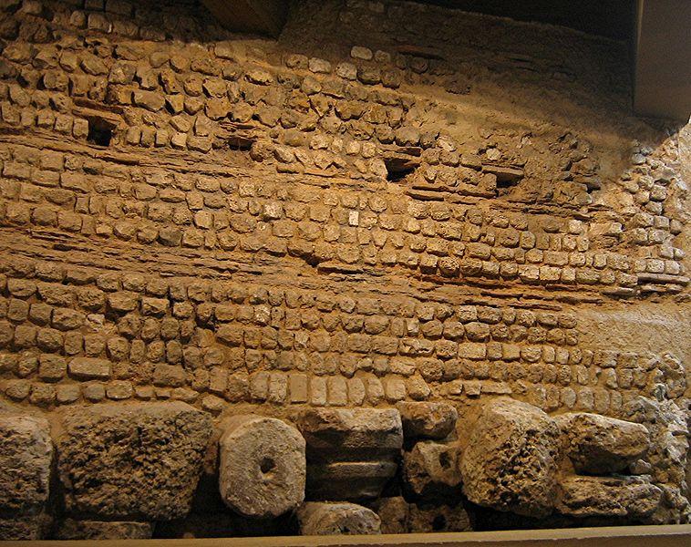 File:Musee Evreux Mur romain.jpg