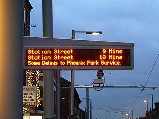 就如配圖中英國諾定咸輕鐵系統,其車站顯示屏主要顯示即將抵達班次之目的地及候車時間,並留有小量空位可發佈特別交通消息。 (圖片:Chris McKenna (Thryduulf)@Wikimedia)