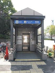 Nagoya-subway-M27-Jingu-nishi-station-entrance-elevator-20100316.jpg