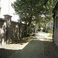 Overzicht van het pad aan de rechterkant van de school, links de afscheidingsmuur - 's-Gravenhage - 20387563 - RCE.jpg