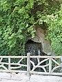 Parc des Buttes-Chaumont, avenue de la Cascade, cascade 02.jpg