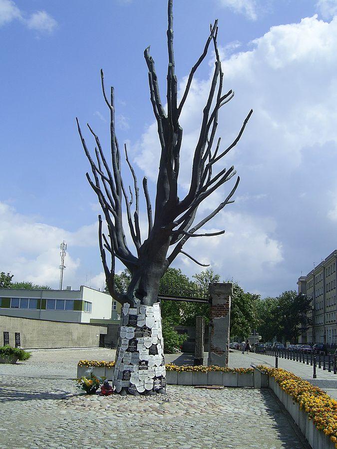 > Arbre du musée Pawiak à Varsovie.