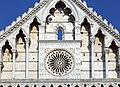 Pisa, santa caterina, facciata 02 rosone neogotico tra busti di santi del 1320 ca.jpg