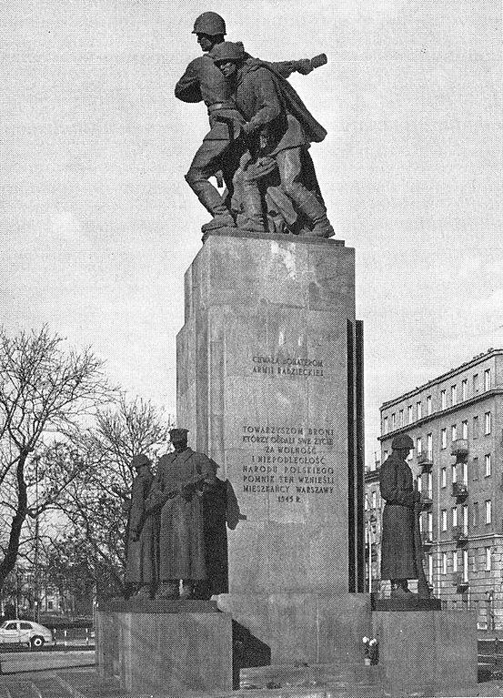 Monument à la gloire de l'armée rouge devant l'église orthodoxe du quartier de Praga à Varsovie.