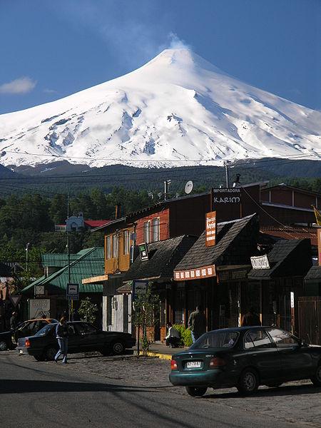 Fichier:Pucon-y-su-Volcan.jpg