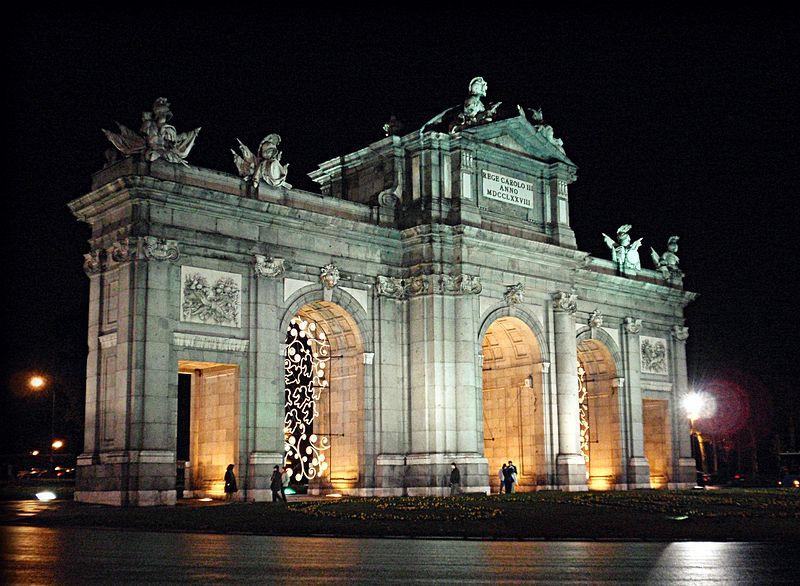 Archivo:Puerta de Alcalá de noche.jpg