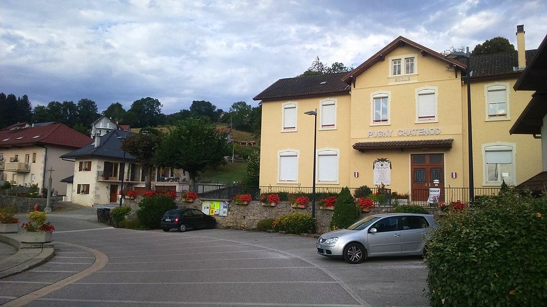 Vue sur l'hôtel de ville et la place centrale de Pugny-Chatenod (Savoie).
