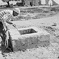 Ramle Een man is bezig water te putten uit de onder het terrein van de Witte Mo, Bestanddeelnr 255-3864.jpg