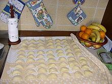 Preparazione casalinga di ravioli con la ricotta.