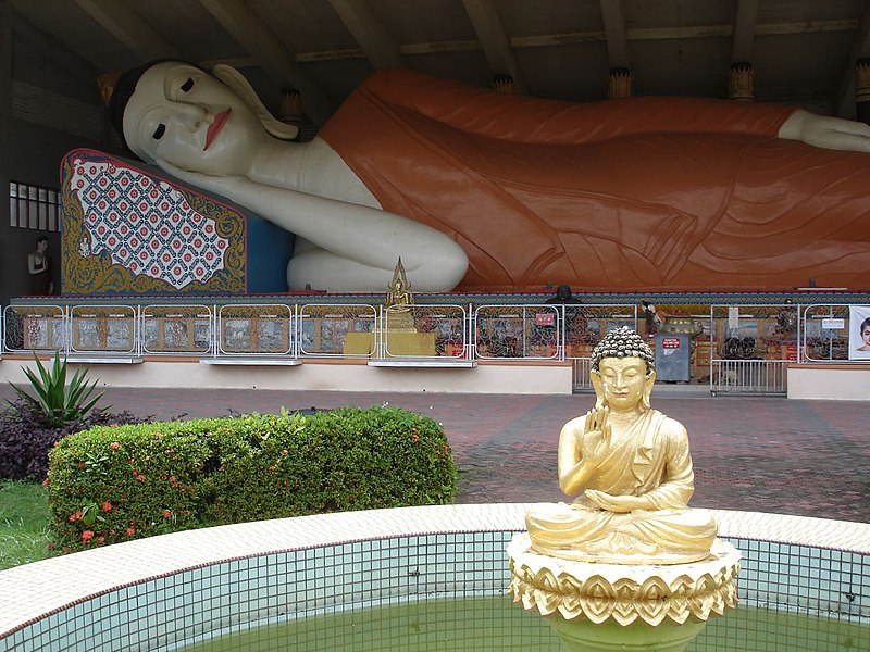 پرونده:Reclining Buddha in a Thai Buddhist temple in Kelantan.jpg