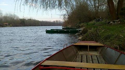 Rijeka Drava i čamac.jpg
