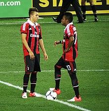 El Shaarawy (a sinistra) e Robinho in azione con la maglia del Milan nel 2012.