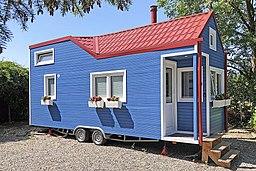 Rolling Tiny House mit Pelletofen auf PKW-Anhänger
