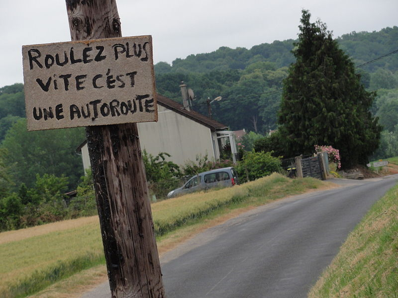 """Rozières-sur-Crise (Aisne) panneau de prosteste """"roulez plus vite"""""""