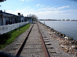 Livingston (Staten Island Railway station) - The remaining St. George-bound trackway and the restaurant (left) along the ROW.