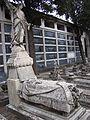 SSJ- Lecho funerario, con decoración de flores y escultura de ángel (23210474903).jpg