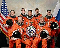 v.l.n.r. vorne: Scott Altman, Terrence Wilcutt; hinten: Boris Morukow, Richard Mastracchio, Edward Lu, Daniel Burbank, Juri Malentschenko