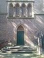 Seitlicher Eingang zur Kirche St. Maximilian in Duisburg-Ruhrort.jpg