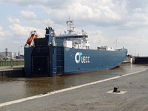Ship Autoracer in Kaiserschleuse.jpg