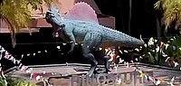 Nahaufnahme eines Spinosauriermodells, das nach links zeigt, mit einer langen Schnauze und einem Segel auf seinem Rücken