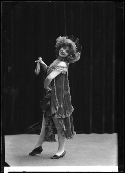 File:Sigrid Walleni, dancer, in unknown performance about 1906 - SMV - GV063.tif