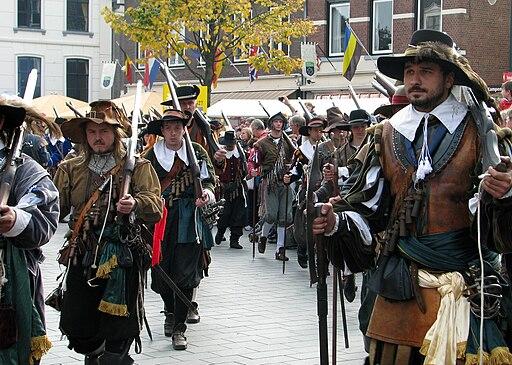 Slag om Grolle 2008-2 - Troepen marcheren door Groenlo richting het slagveld