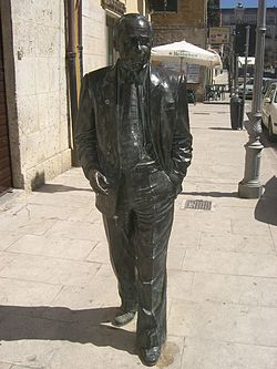 Statue of Sciascia in Racalmuto.jpg