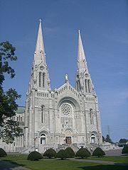 Photographie de la façade de la basilique Sainte-Anne-de-Beaupré.