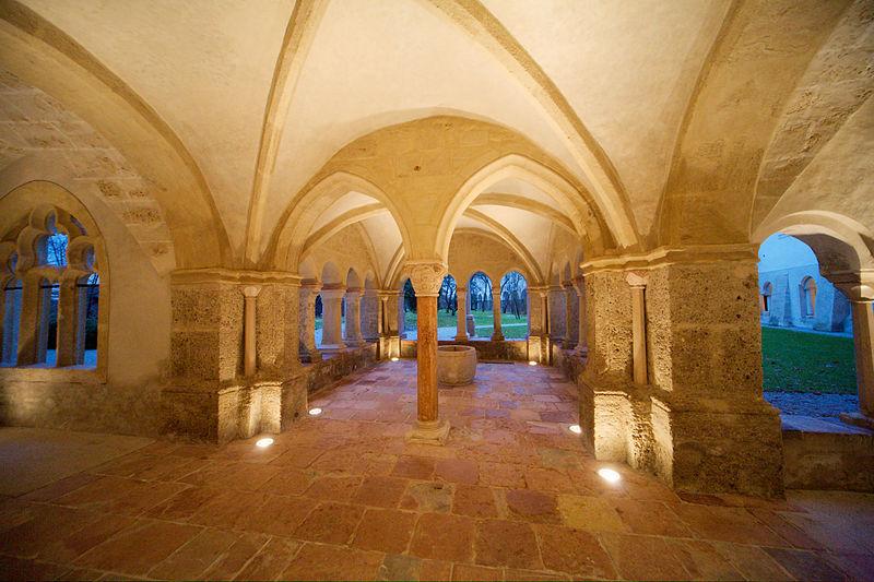 Datei:Stift St Peter Salzburg Kreuzgang Brunnen unter Paulus Kapelle.jpg
