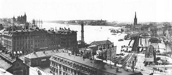 Frans Gustaf Klemmings begge panoramabilleder er fotograferede fra den gamle Katarinaelevator i året 1904.   På det venstre billede ses Ridderholmskirken og den nybyggede sammanbindningsbane, på det højre billede dokumenteres det gamle slussenanlæg og den Gamle by ved århundredeskiftet i 1900 med den Tyske kirke midt i billede.