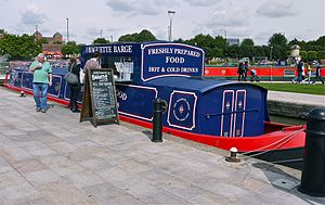 Stratford On Avon, one of the best known places in England, and a narrow boat flogs French baguettes ! - Flickr - mick - Lumix.jpg